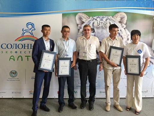 Четыре гранта размером 600 000 рублей выделил Благотворительный фонд «Система» на развитие инфраструктуры природных парков Республики Алтай, создание визит-центров и экологических троп.
